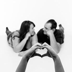 Paar mit Herz, Paar, Shooting, Porträt, Frau, Mann, Fotostudio, Fotografie Verena Schäfer, Fotograf, Fotoshooting, Erinnerung, Familie, Traumhaft, veliebt, schön, Hände