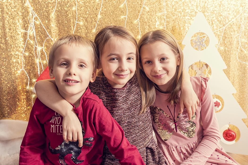 Weihnachtsshooting, Familie, Kind, zu Hause, Foto, Fotoshooting, Shooting, romantisch, klassisch, gefühlsvoll, exklusiv, extravagant, frech, lustig, emotional, Momente, Fotografien, Fotograf, Fotostudio, schön, modern, Diez, Limburg, Hahnstätten, Holzheim, Gefühle, Emotionen, 2018, Porträt, Familie, Kinder, Weihnachten, golden