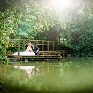 Hochzeit, Paar, Heirat, Foto, Fotoshooting, Shooting, romantisch, verliebt, Romantik, heiraten, wedding, ja, schönster tag, Natur, Glück, glücklich, klassisch, gefühlsvoll, exklusiv, extravagant, frech, lässig, lustig, Hochzeitsfotos, Hochzeitsfotografien, emotional, gefühlsbeton, Momente, Tag, elegant, Liebe, Kleid, Brautkleid, Braut, Bräutigam, Brautpaar, Fotos, Fotografien, Fotograf, Fotostudio, schön, modern, Hochzeitsfotografin, Diez, Limburg, Hahnstätten, Holzheim, Gefühle, Emotionen, outdoor, draußen, location, Hohenstein, Hofgut, See, Teich