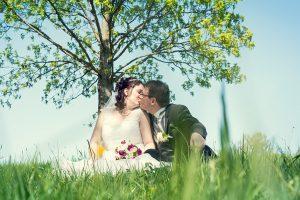 Hochzeit, Paar, Heirat, Foto, Fotoshooting, Shooting, romantisch, verliebt, Romantik, heiraten, wedding, ja, schönster tag, Natur, Glück, glücklich, klassisch, gefühlsvoll, exklusiv, extravagant, frech, lässig, lustig, Hochzeitsfotos, Hochzeitsfotografien, emotional, gefühlsbeton, Momente, Tag, elegant, Liebe, Kleid, Brautkleid, Braut, Bräutigam, Brautpaar, Fotos, Fotografien, Fotograf, Fotostudio, schön, modern, Hochzeitsfotografin, Diez, Limburg, Hahnstätten, Holzheim, Gefühle, Emotionen, outdoor, draußen, location, 2016, Merenberg, Wiese, Gras, Kuss, Baum