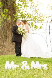 Hochzeit, Paar, Heirat, Foto, Fotoshooting, Shooting, romantisch, verliebt, Romantik, heiraten, wedding, ja, schönster tag, Natur, Glück, glücklich, klassisch, gefühlsvoll, exklusiv, extravagant, frech, lässig, lustig, Hochzeitsfotos, Hochzeitsfotografien, emotional, gefühlsbeton, Momente, Tag, elegant, Liebe, Kleid, Brautkleid, Braut, Bräutigam, Brautpaar, Fotos, Fotografien, Fotograf, Fotostudio, schön, modern, Hochzeitsfotografin, Diez, Limburg, Hahnstätten, Holzheim, Gefühle, Emotionen, outdoor, draußen, location, 2016, Schloss, Oranienstein, Schild, Buchstaben, Mr, Mrs