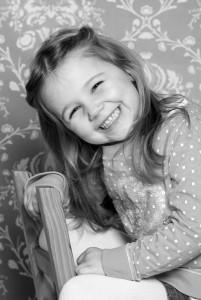 Kind, Fotoshooting, Shooting, Fotostudio, Studio, Diez, Limburg, Hahnstätten, Holzheim, Fotos, Fotografien, Fotograf, Foto, klassisch, gefühlsvoll, exklusiv, elegant, extravagant, emotional, gefühlsbetont, schön, modern, süß, niedlich, professionell, Mädchen, Porträt, Weihnachtsgeschenk, Geschenk, Stuhl