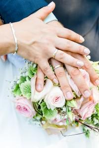 Hochzeit, Paar, Heirat, Foto, Fotoshooting, Shooting, romantisch, verliebt, Romantik, heiraten, wedding, ja, schönster tag, Natur, Glück, glücklich, klassisch, gefühlsvoll, exklusiv, extravagant, frech, lässig, lustig, Hochzeitsfotos, Hochzeitsfotografien, emotional, gefühlsbeton, Momente, Tag, elegant, Liebe, Kleid, Brautkleid, Braut, Bräutigam, Brautpaar, Fotos, Fotografien, Fotograf, Fotostudio, schön, modern, Hochzeitsfotografin, Diez, Limburg, Hahnstätten, Holzheim, Gefühle, Emotionen, outdoor, draußen, location, Niederselters, Ringe, Hände