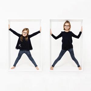 Shooting für einen Kalender, Familie, Kind, Foto, Fotoshooting, Shooting, romantisch, klassisch, gefühlsvoll, exklusiv, extravagant, frech, lustig, emotional, Momente, Fotografien, Fotograf, Fotostudio, schön, modern, Diez, Limburg, Hahnstätten, Holzheim, Gefühle, Emotionen, 2018, Porträt, Familie, Schwestern, Mädchen, Kinder, Kalender, Kiste, Kisten, Kistenbild