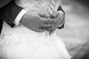 Hochzeit, Paar, Heirat, Foto, Fotoshooting, Shooting, romantisch, verliebt, Romantik, heiraten, wedding, ja, schönster tag, Natur, Glück, glücklich, klassisch, gefühlsvoll, exklusiv, extravagant, frech, lässig, lustig, Hochzeitsfotos, Hochzeitsfotografien, emotional, gefühlsbeton, Momente, Tag, elegant, Liebe, Kleid, Brautkleid, Braut, Bräutigam, Brautpaar, Fotos, Fotografien, Fotograf, Fotostudio, schön, modern, Hochzeitsfotografin, Diez, Limburg, Hahnstätten, Holzheim, Gefühle, Emotionen, outdoor, draußen, location, Hohenstein, Hofgut, Kleid, Hände