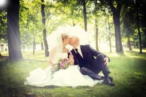 Hochzeit, Paar, Heirat, Foto, Fotoshooting, Shooting, romantisch, verliebt, Romantik, heiraten, wedding, ja, schönster tag, Glück, glücklich, klassisch, gefühlsvoll, exklusiv, extravagant, frech, lässig, lustig, Hochzeitsfotos, Hochzeitsfotografien, emotional, gefühlsbeton, Momente, Tag, elegant, Liebe, Kleid, Brautkleid, Braut, Bräutigam, Brautpaar, Fotos, Fotografien, Fotograf, Fotostudio, schön, modern, Hochzeitsfotografin, Diez, Limburg, Hahnstätten, Holzheim, Gefühle, Emotionen, outdoor, draußen, location, Wald, Wiese, Schirm, Sonne, Strahlen