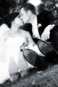 Schloß Oranienstein, Füße, Hochzeit, Paar, Heirat, Foto, Fotoshooting, Shooting, romantisch, verliebt, Romantik, heiraten, wedding, ja, schönster tag, Glück, glücklich, klassisch, gefühlsvoll, exklusiv, extravagant, frech, lässig, lustig, Hochzeitsfotos, Hochzeitsfotografien, emotional, gefühlsbeton, Momente, Tag, elegant, Liebe, Kleid, Brautkleid, Braut, Bräutigam, Brautpaar, Fotos, Fotografien, Fotograf, Fotostudio, schön, modern, Hochzeitsfotografin, Diez, Limburg, Hahnstätten, Holzheim, Gefühle, Emotionen, outdoor, draußen, location,