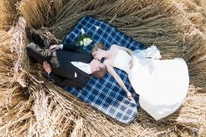 Hochzeit, Paar, Heirat, Foto, Fotoshooting, Shooting, romantisch, verliebt, Romantik, heiraten, wedding, ja, schönster tag, Glück, glücklich, klassisch, gefühlsvoll, exklusiv, extravagant, frech, lässig, lustig, Hochzeitsfotos, Hochzeitsfotografien, emotional, gefühlsbeton, Momente, Tag, elegant, Liebe, Kleid, Brautkleid, Braut, Bräutigam, Brautpaar, Fotos, Fotografien, Fotograf, Fotostudio, schön, modern, Hochzeitsfotografin, Diez, Limburg, Hahnstätten, Holzheim, Gefühle, Emotionen, outdoor, draußen, location, Feld, Weizen, Sonne, Decke, Picknick