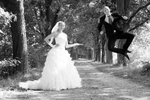 Hochzeit, Paar, Heirat, Foto, Fotoshooting, Shooting, romantisch, verliebt, Romantik, heiraten, wedding, ja, schönster tag, Glück, glücklich, klassisch, gefühlsvoll, exklusiv, extravagant, frech, lässig, lustig, Hochzeitsfotos, Hochzeitsfotografien, emotional, gefühlsbeton, Momente, Tag, elegant, Liebe, Kleid, Brautkleid, Braut, Bräutigam, Brautpaar, Fotos, Fotografien, Fotograf, Fotostudio, schön, modern, Hochzeitsfotografin, See, Hertha See, Diez, Holzappel, Holzheim, Gefühle, Emotionen, outdoor, draußen, location, hüpfen, springen, Weg,